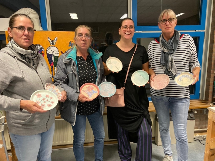 Enkele deelnemers na afloop van de workshop 'glazuurtechnieken' bij Kunst van Klei