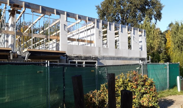 Woonzorgcentrum heeft balkons aan het schoolplein
