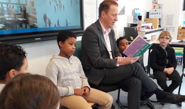 Wethouder Frank Berkhout (Onderwijs) las in januari tijdens Nationale Voorleesdag voor op basisschool De Horizon.