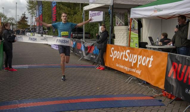 Edwin de Vries uit Overveen komt als eerste over de finish op de Run2Day 5 km