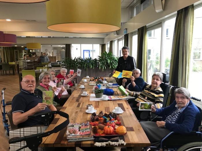 Cliënten van De Ridderhof in Amerongen nemen hun kaart in ontvangst. QuaRijn © BDU media