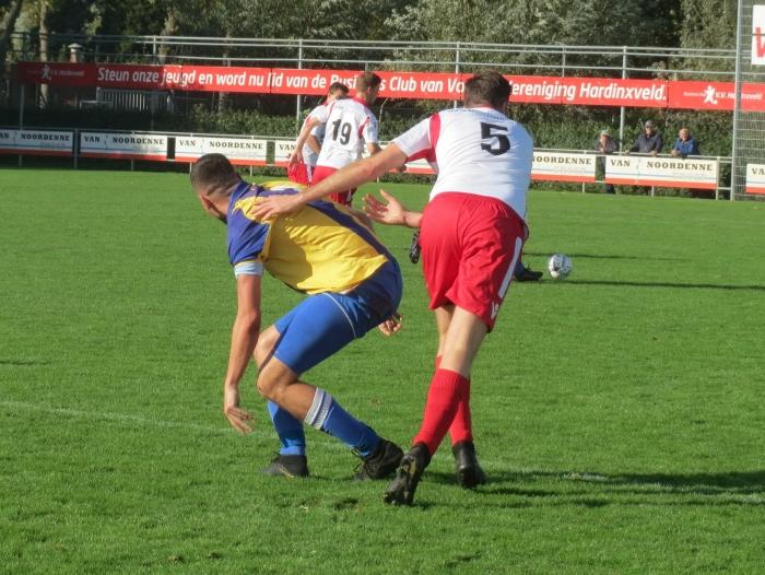 Jos Laurs (5) namens Hardinxveld in duel tegen Ameide Teus Stam © BDU media