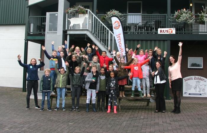 Groep 6 van Basisschool de Bron uit Veenendaal bij Jowis Zolder, samen met educatieboerin Gerina van den Brink (uiterst rechts), wethouder in Ede Willemien Vreugdenhil (tweede van rechts) en Conny van den Top (links) namens LTO Gelderse Vallei.