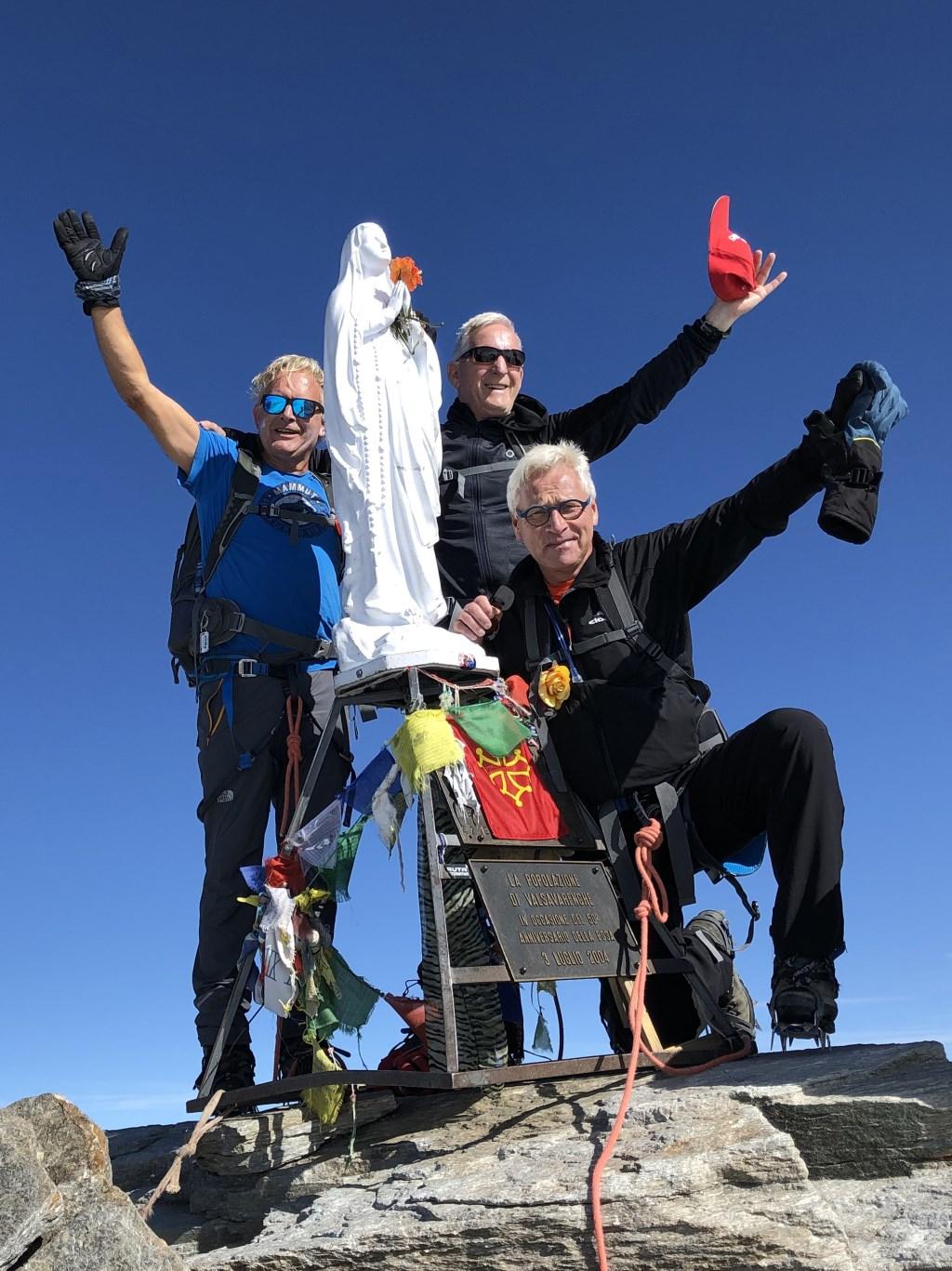 Euforie bij het Maria-beeld op de top. Wim Jacobs © BDU media