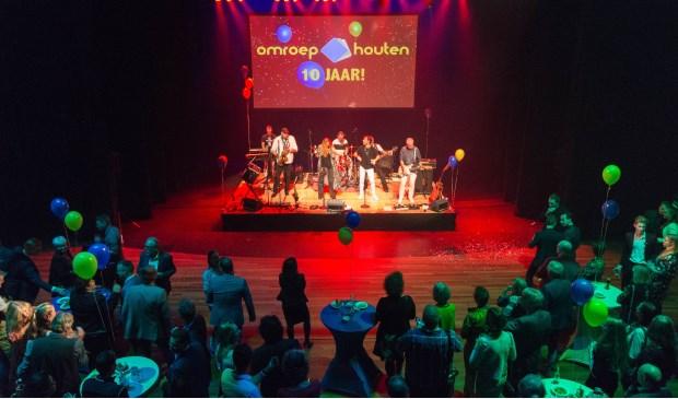De live muziek tijdens het jubileumfeest werd verzorgd door '2MF'