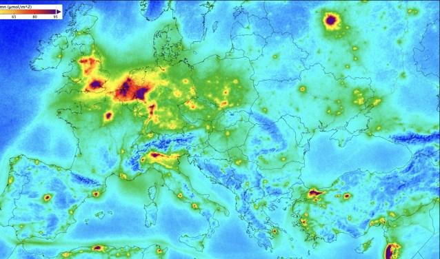 Concentraties van stikstofdioxide boven Europa.