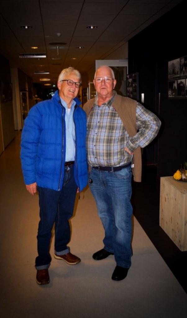 Oud-beheerder Hans van  Holland (links) van dorpshuis De Kuul met voormalig eigenaar Bas Bos van cafetaria De Smulpaap. Gert van der Kuij © BDU Media