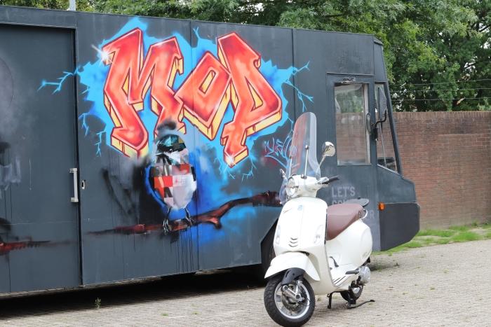 De MOP, en de witte scooter, het herkenbare vervoermiddel van de Jongerenwerkers van Malkander