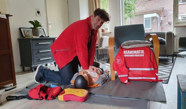 Arjan demonstreert hoe reanimeren met een AED in zijn werk gaat