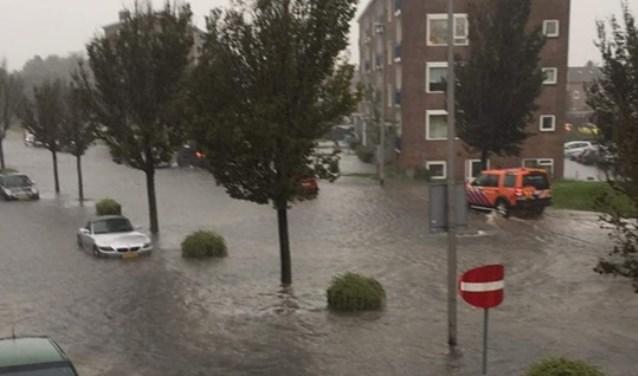 Wateroverlast in de Van Lennepweg.