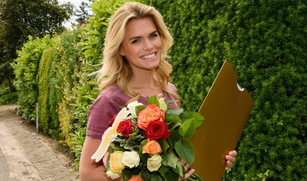 Postcode Loterij ambassadeur Nicolette van Dam met een cheque.
