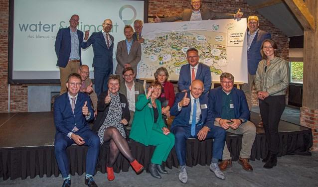 Aanwezige bestuurders geven samen een 'GO' voor het nieuwe Utrechtse netwerk 'Water & Klimaat.'