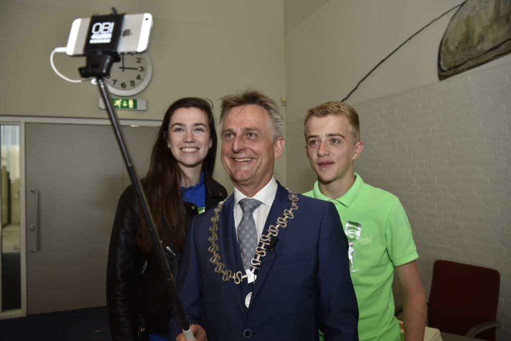 Een selfie met jonge Soesters. Jaap van den Broek               © BDU media