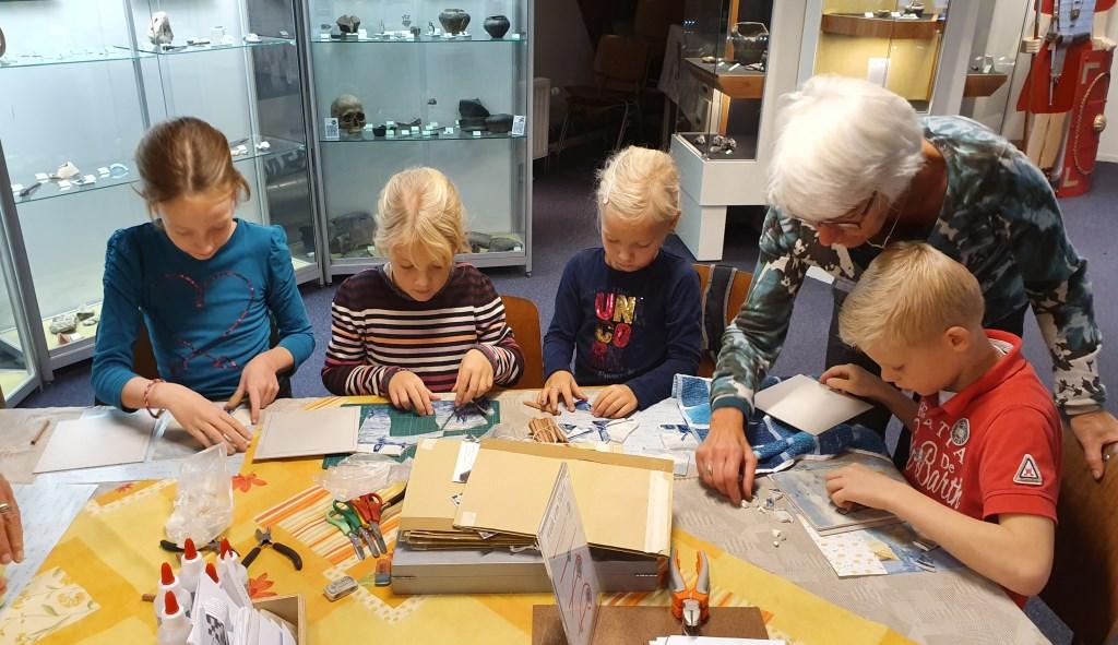 Het puzzelen met stukjes tegel en deze opplakken Irene van Valen © BDU media