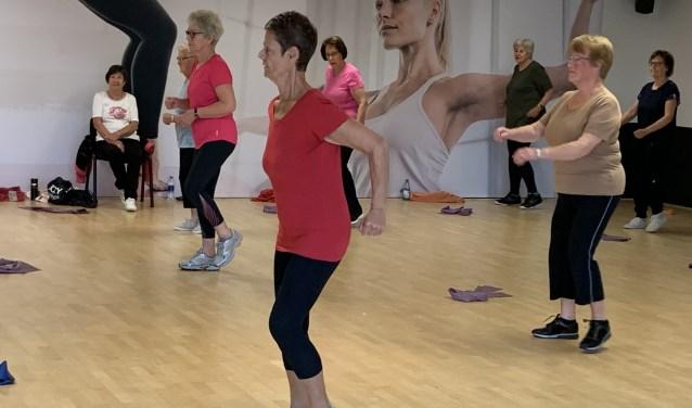 Anneke Scott actief tijdens een Vitaal 65+ les bij Piazza Sports