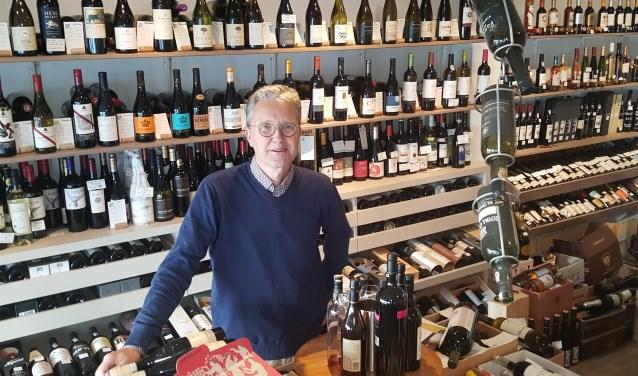 """Leon Gommers: ,,De winkel is qua oppervlakte klein, maar ik denk wel dat ik hier de meeste wijn per vierkante meter heb."""""""
