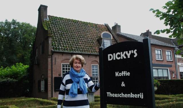 Dicky van Mourik bij het bord van haar Theeschenkerij, dat binnenkort verdwenen is.