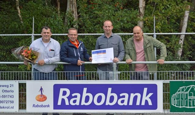 Dirk van Wikselaar, links op archieffoto, het gezicht van de plaatselijke trots.