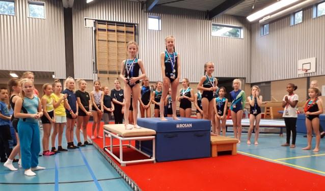 De huldiging van de kampioenen bij meisjes 10+.