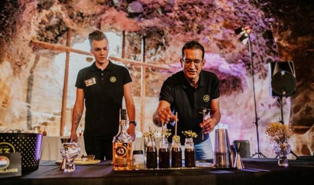Bryan Kuijer (links) en Laurens da Costa  tijdens de Bartenders and Baristas Challenge.
