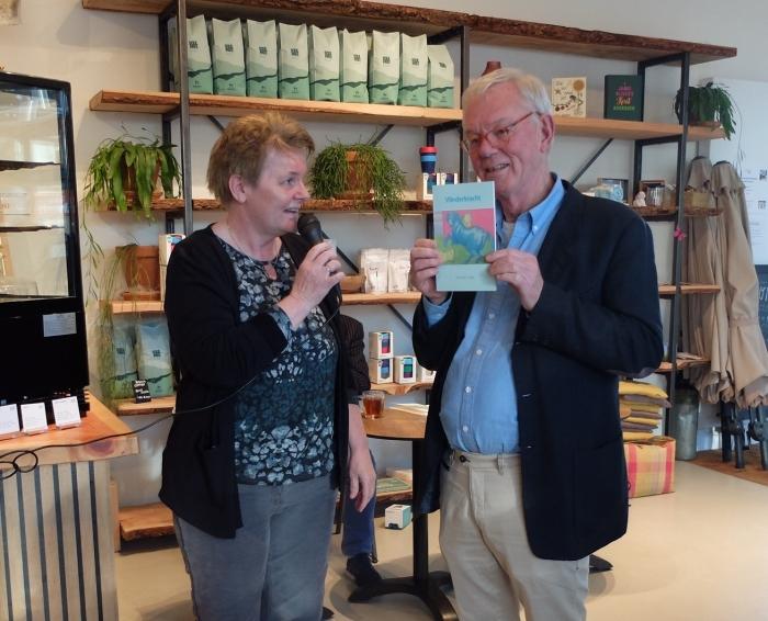 overhandigen van het eerste exemplaar door de uitgeer Anneke Bakker