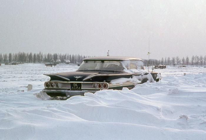 Een grote Amerikaanse Chevrolet Impala vastgelopen in de sneeuw!