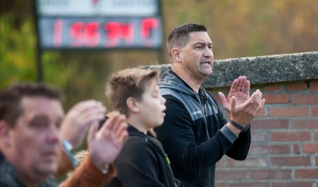 Trainer Hees achter het hek RODE kaart Ronald Kersten © BDU media