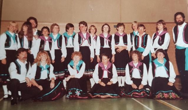 Een foto van de volksdansgroep in de gloriejaren.