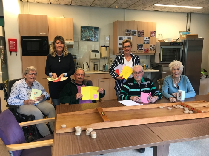 De bezoekers van het dagcentrum bij Het Zonnehuis zijn blij met de vrolijke kaarten.