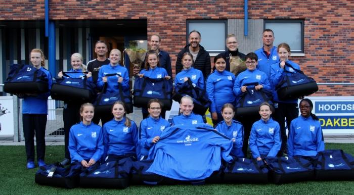 Meisjesteam SDC Putten MO-15-2 met de sponsors.