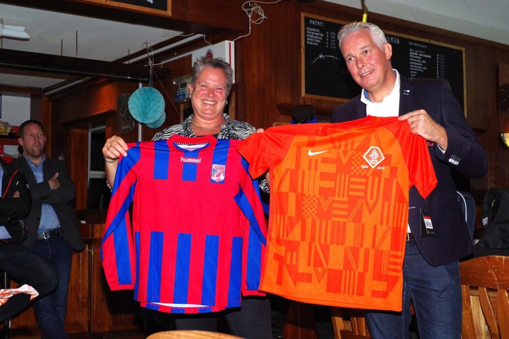 Shirtje ruilen met Karin de Jong (KNVB) CDW © BDU media