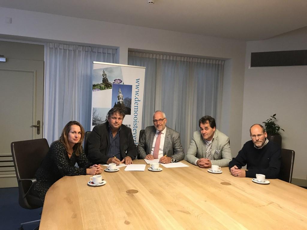 Christine Huisman (secretaris van de stichting), Henry Hamstra (voorzitter), burgemeester Gerard Renkema, Aalt van de Bunt (penningmeester) en Niels Staal (algemeen bestuurslid).