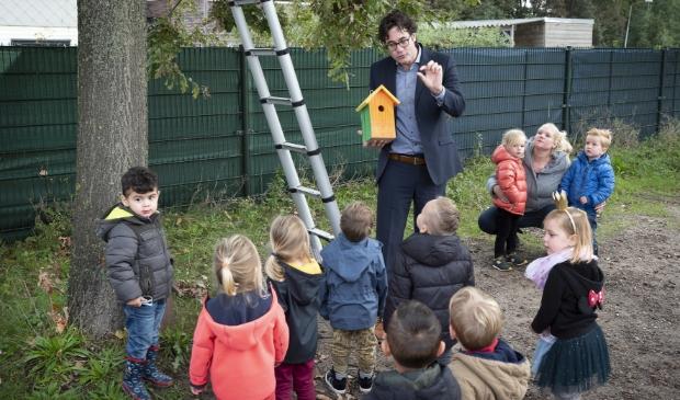 <p>Wethouder Merijn Snoek heeft samen met de kids van het kinderdagverblijf Beer Bodoni beschilderde nestkasjes opgehangen.</p>
