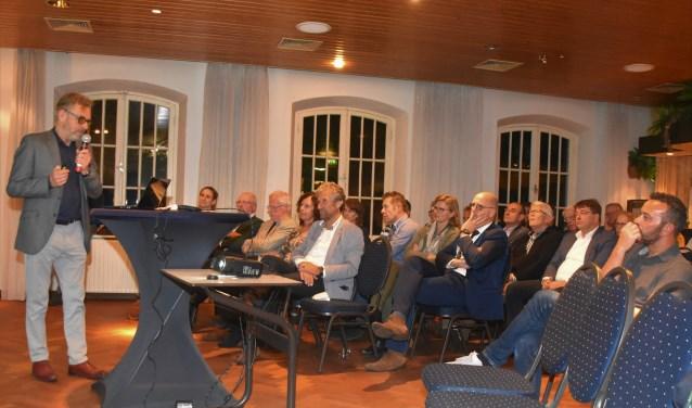 Aandachtig (ondernemers)publiek bij uiteenzetting over de mogelijkheden in de toerismesector.