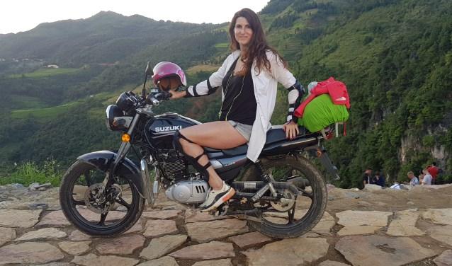 Monique Rijsdijk op de motor in Vietnam.