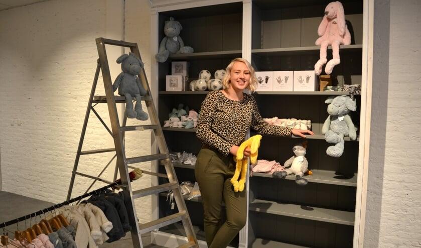 Julia Kranen hier nog volop bezig met het inrichten van haar winkel 'Per Bambini'.