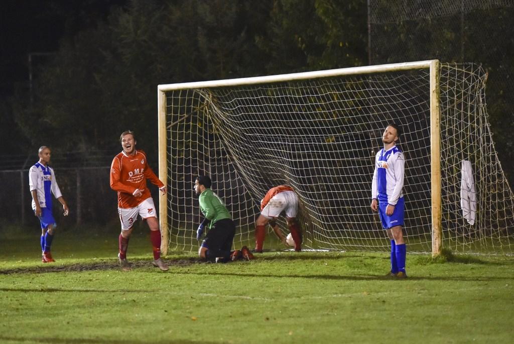 Leroy 'hattrick' Voskuilen pakt zelf de bal uit het doel. Hessel de Goeij kraait het uit van vreugde. Jaap van den Broek © BDU media