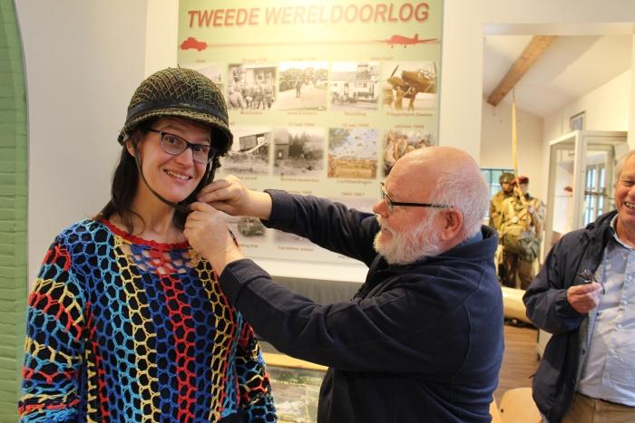 Marja de Putter van Belangenverenging Doof past een helm met Gerrit Hammink. Ben Kolster/PMHE. © BDU Media