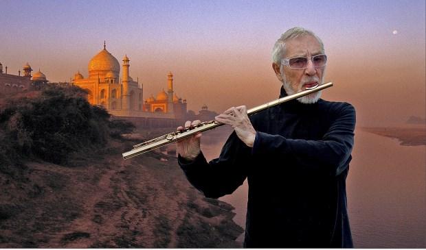 Chris Hinze met op achtergrond Taj Mahal.