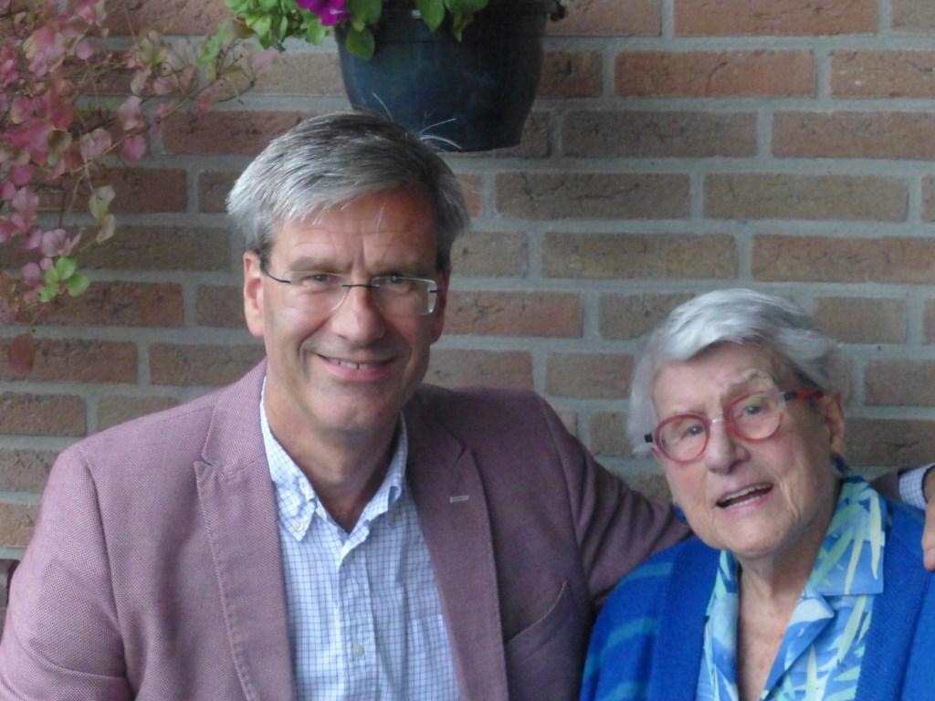 Jan Mülder met zijn moeder R. Mülder-Cramer (91).