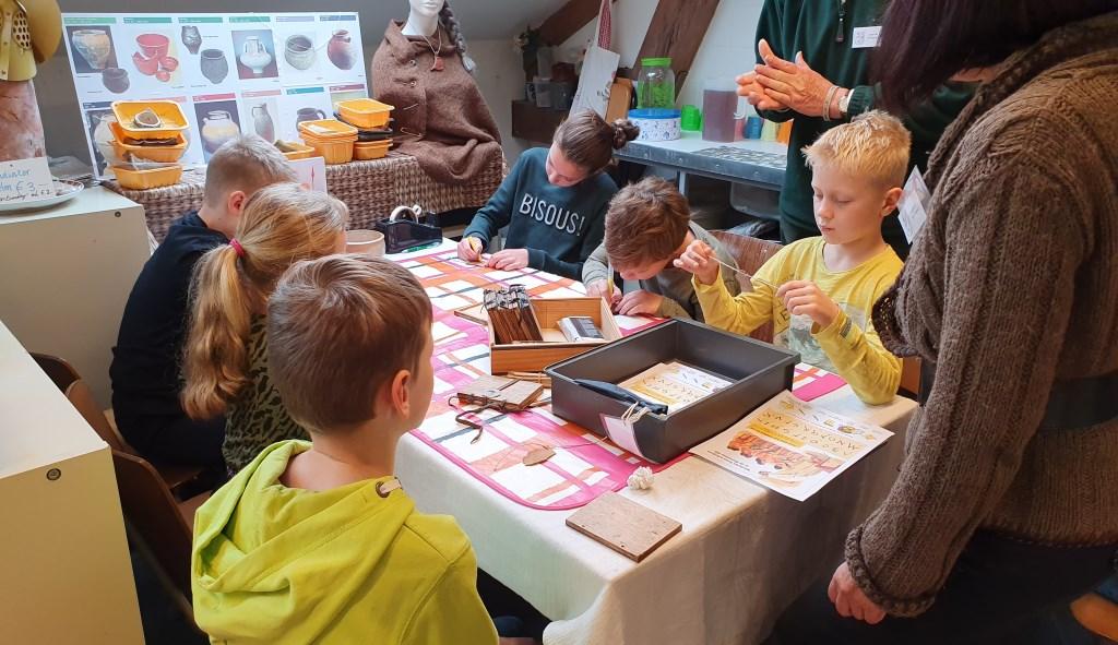 Kinderen aan het werk met de schrijfplankjes Irene van Valen © BDU media