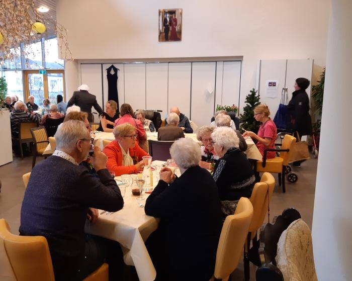 Gasten genieten van een smaakvolle maaltijd