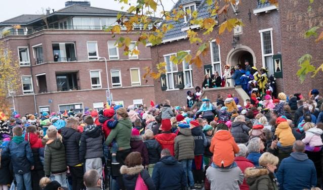 Sinterklaas bij het gemeentehuis, waar Piraten Piet heeft feestje even ophield.