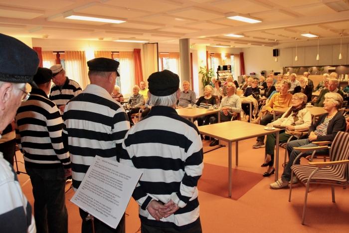 De ruim 50 aanwezigen luisterden en zongen mee.