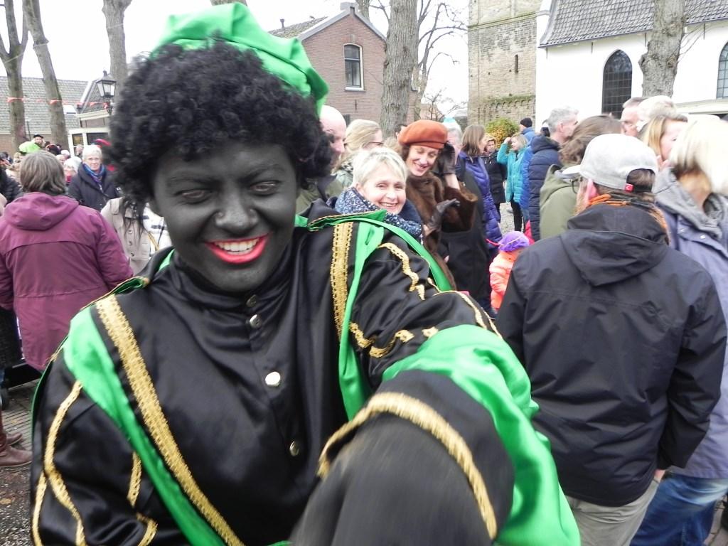 Lachend deelden de Zwarte Pieten pepernoten uit. Richard Thoolen © BDU media
