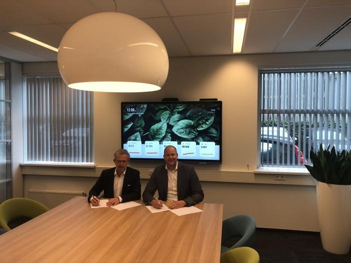 Peter Hoorn en Hannes de Paauw ondertekenen de samenwerking