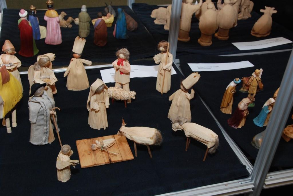 Kerstversiering en kerstgroepen in de bibliotheek. Adriaan Hosang © BDU media
