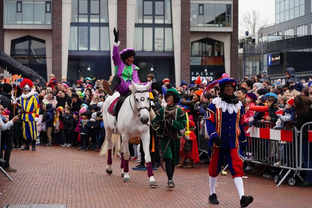 Het nieuwe paard Ozosnel met een van de Pieten op z'n rug; Amerigo is met pensioen.  Naomi Heidinga © BDU media