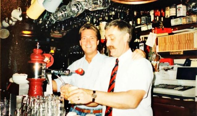 Bob Sluis (rechts) en Berto Klompenhouwer achter de bar van De Knollentuin aan de Burgemeester Grothestraat.