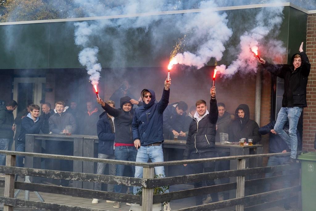 SVMM supporters betuigden gedurende  de wedstrijd met ludieke en verbale acties morele steun aan hún 'helden' uit Maarn Foto Rinus van Denderen © BDU